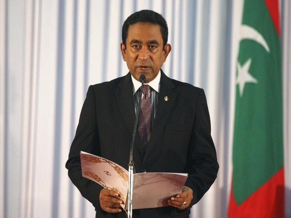 Abdulla Yameen takes his oath as the President of Maldives during a swearing-in ceremony at the parliament in Male
